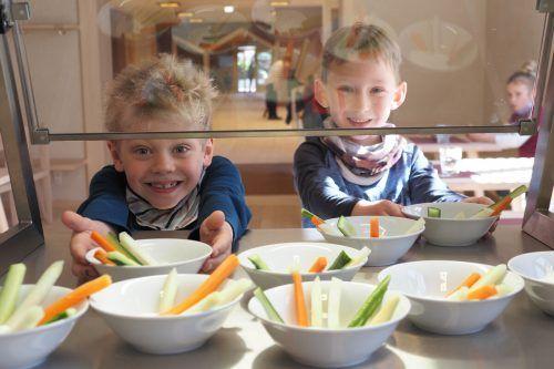 Die Kinder greifen mit Appetit zu – dass das Menü auch noch gesund ist, ist für die hungrigen Mäuler Nebensache.Marktgemeinde