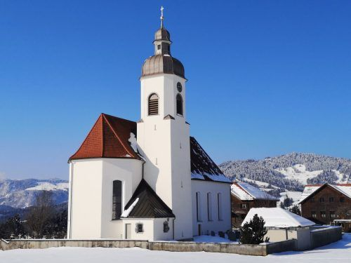 Die Pfarrkirche Langenegg wurde vor 246 Jahren am Ortseingang gebaut. ME/3