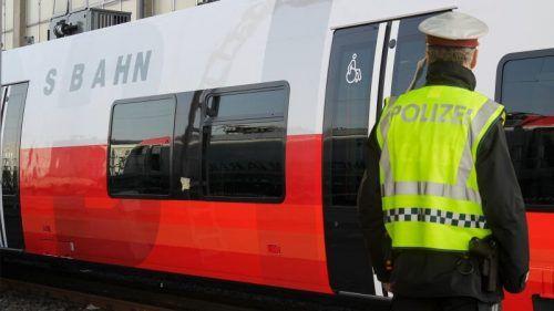 Die Polizei sucht nach Zeugen eines Vorfalls, der sich bereits vor Tagen in der S-Bahn auf Höhe von Nenzing ereignet hatte. SYMBOL/VOL