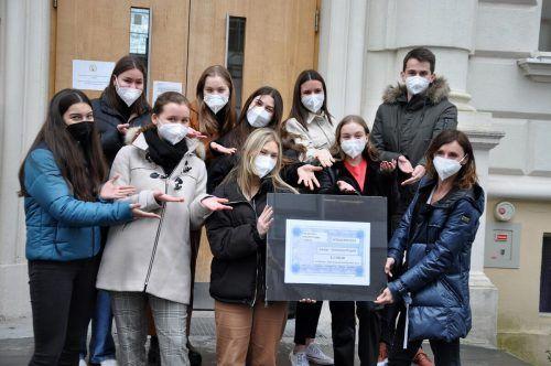 """Die Schüler des Moduls """"Sozialkompetenz"""" konnten einen Scheck über 2500 Euro für das Armenien-Projekt der Caritas überreichen."""