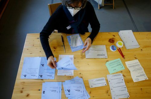 Die Schweizer stimmten am Sonntag für ein Verhüllungsverbot und damit gegen die Empfehlung ihrer Regierung.REUTERS