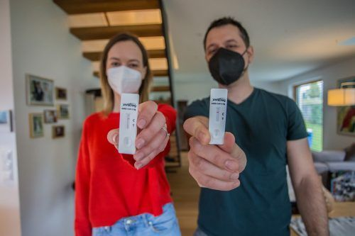 Die VN-Redakteure Tanja Schwendinger und Michael Prock haben sich selbst auf Corona getestet. VN/Steurer