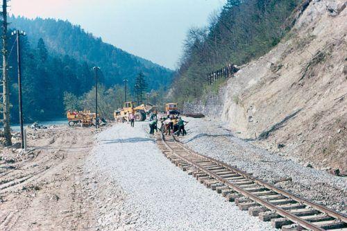 Die Wälderbahntrasse bei Kilometer 7,9: 1974 wurde der Abschnitt begradigt und gesichert. Heute ist die Stelle komplett zugewachsen. www.bregenzerwaldbahn-frueher-heute.at, VN/Paulitsch