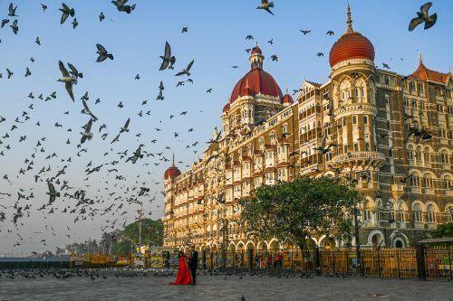 Dieses Pärchen hat sich das berühmte Hotel Taj Mahal Palace im indischen Mumbai als Foto-Kulisse ausgesucht. AFP