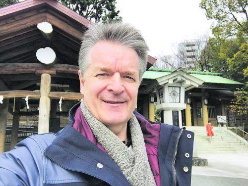 Dieter Haberl vor einem Tempel nahe seinem Büro in Tokio.Haberl