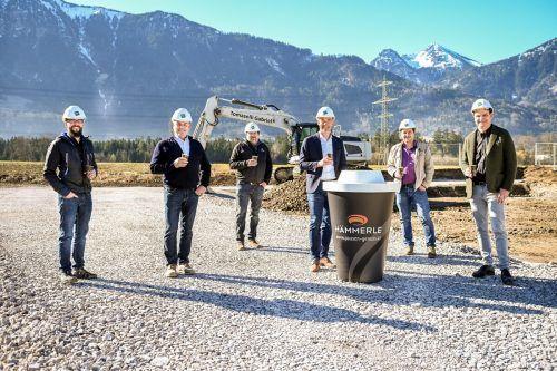 Dominik Kapeller, Bürgermeister Martin Konzet, Joachim Lorenz, GF Markus Hämmerle, Bauleiter Florian Galehr und Philipp Tomaselli beim Baustart.