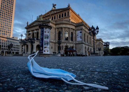 Ein herrenloser Mund-Nasen-Schutz liegt vor der Alten Oper in Frankfurt. Die Masken-Causa erschüttert die Union. AP