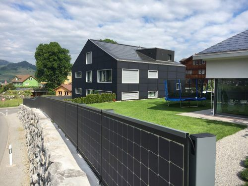 Ein Kunde im Appenzell hat die Photovoltaik-Anlage sowohl in die Hausfassade als auch in den Gartenzaun integrieren lassen.Fa