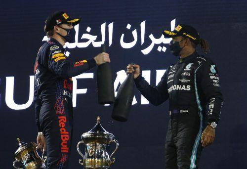 Ein Prosit auf die neue Saison: Max Verstappen und Lewis Hamilton lieferten beim Saisonauftakt in Sakhir ein sehenswertes Duell. ap
