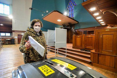 Eine Frau gibt in einem Wahllokal in Rotterdam ihre Stimme ab. In der Pandemie sind die Möglichkeiten zur Briefwahl ausgeweitet worden. reuters