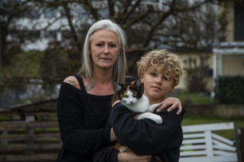 Entsetzt über die Vorgänge in ihrem Garten: Sandra Dobler (45) mit Sohn Laurin (13) und der Katze Cleo. VN/PAULITSCH