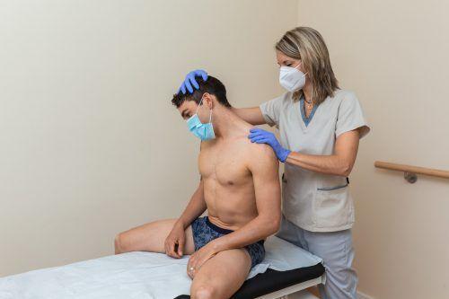 Entsprechende Schutzmaßnahmen sorgen für Sicherheit während der Physiotherapie. Shutterstock, Franz Morgenbesser