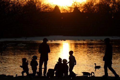 Familien nutzen die wärmeren Temperaturen für einen abendlichen Spaziergang durch den Humboldt Park in der US-Metropole Chicago. AP