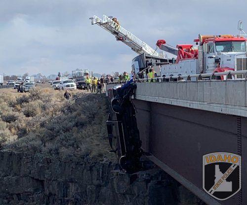 Feuerwehrleute haben sich abgeseilt und die Insassen aus dem Pickup gerettet. AP