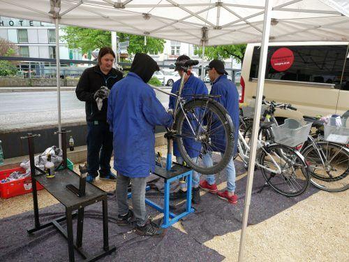 Am Wochenmarkt in Hohenems putzt die Integra Fahrräder.Stadt