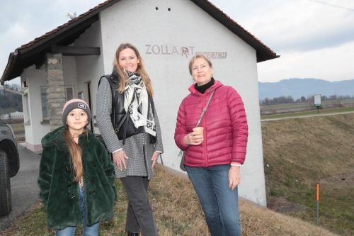 Filippa Amann, Nadine Amann-Moser und Kuratorin Hilda Keemink.