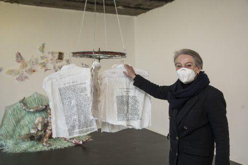 Galeristin Lisi Hämmerle mit Arbeiten von Monika Helfer und Sabine Morgenstern.