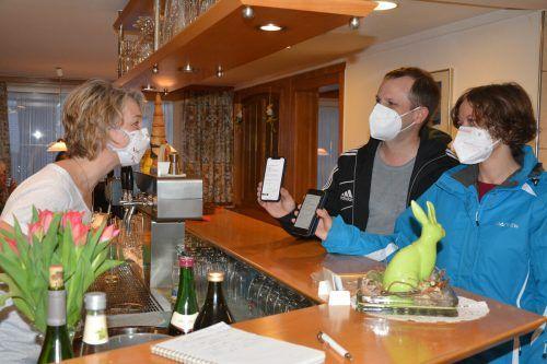 Ganz selbstverständlich zeigen die Gäste ihr negatives Testergebnis im Restaurant Frühlingsgarten.