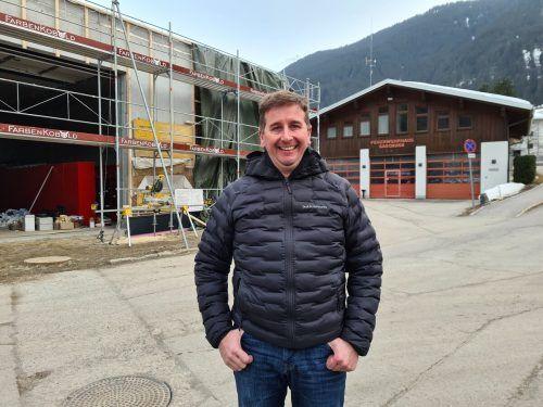 Gaschurns Bürgermeister Daniel Sandrell steht hier vor dem Feuerwehrhaus, das für 1,2 Millionen Euro erweitert wird.JUn