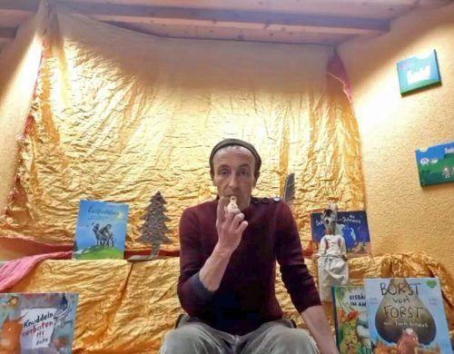 """Geschichtenerzähler und Clown Polo Noyalet gab via Zoom die Erzählgeschichte """"Viel und Wenig"""" zum Besten.MArktgemeinde"""