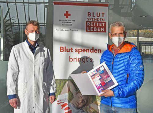 Günther Schwarzmann hat bei seiner 25. Blutspende einen der Hauptpreise – einen Wellness-Gutschein – gewonnen. Kürzlich durfte er ihn entgegennehmen.