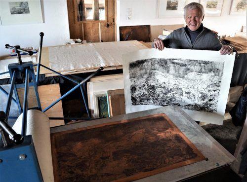 Hans Sturn führt durch seinen großzügigen Ausstellungsraum.