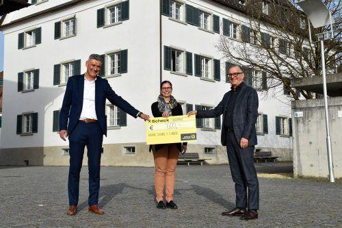"""Harald Dür (l.) und Günther Watzenegger vom Verein Radsport """"Schwalbe vor dem Arlberg"""" mit Bürgermeisterin Katharina Wöß-Krall bei der Spendenübergabe.MArktgemeinde"""