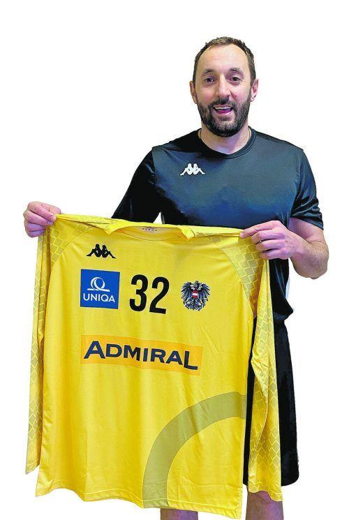 Hard-Goalie Golub Doknic präsentiert stolz sein Nationalteamtrikot mit der obligatorischen Nummer 32.ÖHB