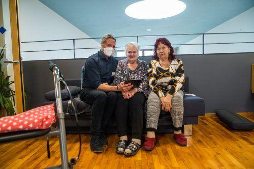 Heimleiter Klaus Marczinski, Erika Gorbach (l.) und Inge Loibl freuen sich über das Tablet. VN/Steurer
