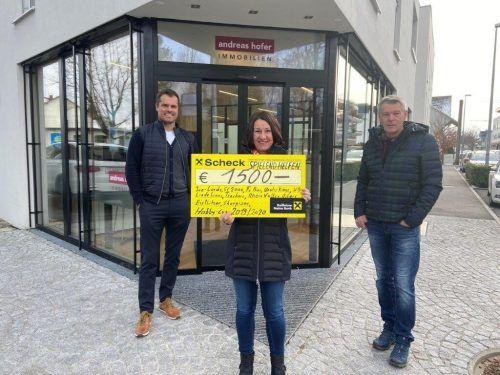 Hobbycup-Sponsor Andreas Hofer (l.), Susanne Marosch von Geben für Leben und Organisator Renato Hagen bei der Scheckübergabe.Gemeinde