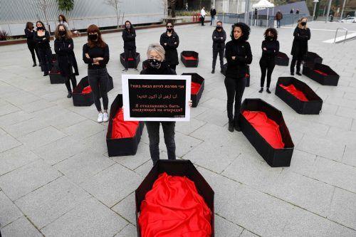 """""""Ich weigere mich, die Nächste zu sein"""": Israelische Frauen neben Scheinsärgen, die zeigen, wie viele Frauen infolge häuslicher Gewalt starben. AFP"""