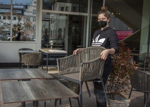 Im Café-Restaurant s'Leutbühel in Bregenz bereitet Klara schon alles für die Wiederöffnung vor. VN/Paulitsch