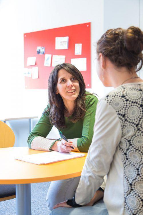 Im Gespräch mit den Klienten versucht Monika Chromy zu eruieren, welche Möglichkeiten der Betreuung bzw. Therapie am besten passen. Caritas