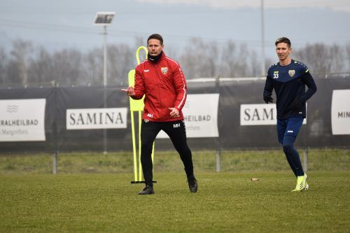 Im Training ist Manu Hervás in seinem Element. Das Bild zeigt den Altacher Cotrainer mit Csaba Bukta.SCRA