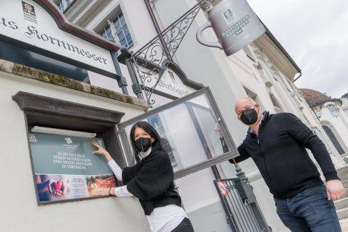 """In Bregenz beim Gasthof Kornmesser laufen die letzten Vorbereitungen. """"Es ist Zeit, neuen Anfängen zu vertrauen"""", plakatieren die Betreiber. VN/Stiplovsek"""