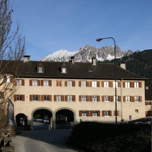 Alina Dellamaria mit Hündin Gina und Walter Schallert wohnen gerne in der Südtiroler-Siedlung. VN/JS