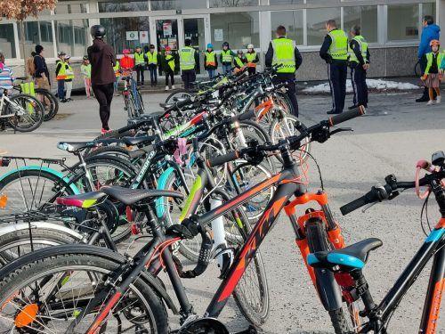 In Reih und Glied aufgestellt – sowohl Fahrräder als auch Prüflinge – und bereit für die Radfahrprüfung.VS Rankweil-Montfort