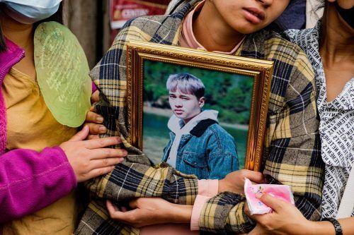 In Taunggyi, Myanmar, umklammert eine trauernde Angehörige das Porträt eines getöteten jungen Demonstranten. AFP