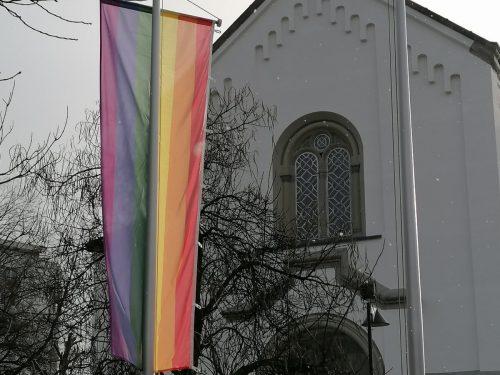 Innen wie nun auch außen zeigt die Regenbogenfahne den Weg zu Gott. PFarre hard