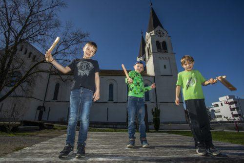 Jonathan, Valentin und Noah sind bei der Pfarrkirche in Götzis im Ratscheneinsatz. VN/Paulitsch