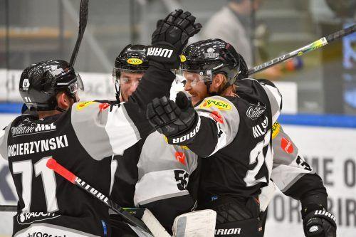 Jubel bei Kevin Macierzynski, Stefan Häußle, Jesper Kokkila, Oskar Östlund und Henrik Nilsson - die Bulldogs fahren mit einer bequemen 2:0-Führung in der Play-off-Serie nach Salzburg.gepa