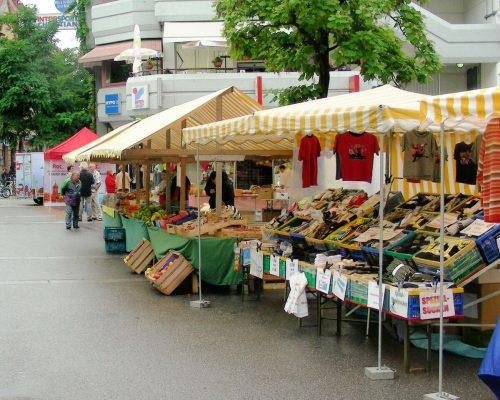Der traditionelle Markt in Bregenz findet bis zum Herbst nun wieder an seinem ursprünglichen Platz am Leutbühel statt. fst