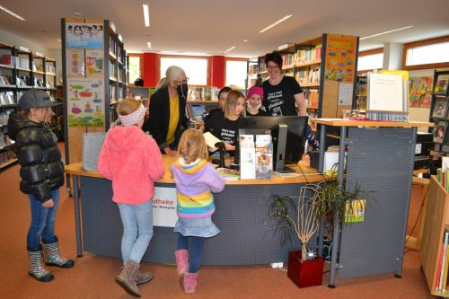 Lilly, Lena, Mia und Hannah übernahmen vergangenen Freitag den Bibliotheksdienst in Raggal und sind unter anderem für die Kassa und die Ausgabe der Bücher zuständig. BI