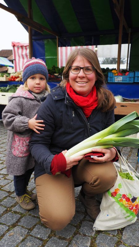 Mama Mirjam hat gemeinsam mit Töchterchen Lioba den Markt besucht.