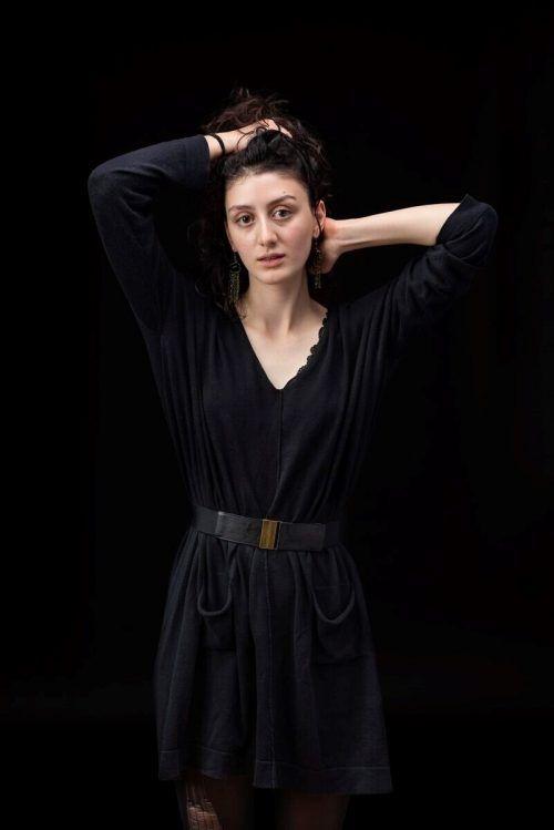Mariam Avaliani fungiert bei dem Stück als Sprecherin.