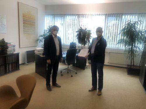 Matthias Lexer (rechts) überbrachte LT-Präsident Sonderegger die Petition.VN
