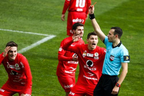 Mit der Entscheidung Florian Prirsch (l.) mit Rot vom Feld zu schicken, löste Schiedsrichter Emil Ristoskov großen Wirbel im Spiel der Rothosen gegen Rapid II aus.gepa