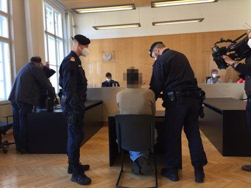 Nach anfänglichem Leugnen zeigte sich der Angeklagte im Laufe der Verhandlung vollumfänglich geständig. VN/GS