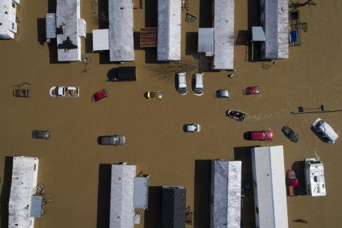 Nach heftigen Regenfällen ist der Kentucky River über seine Ufer getreten. Die Drohnen-Aufnahme zeigt die US-Stadt Beattyville. AP