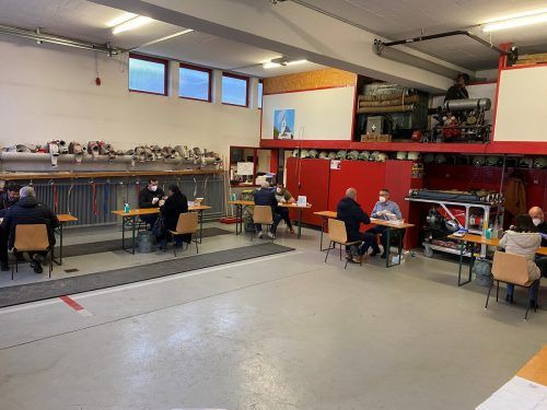 Nachdem man sich im Gemeindeamt angemeldet hat (unteres Bild), kann man sich im angrenzenden Feuerwehrhaus (oberes Bild) unter Aufsicht selbst testen. Helmut Pechhacker